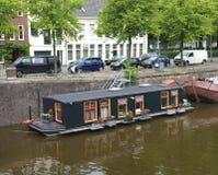 Houseboat i kanal arkivfoto