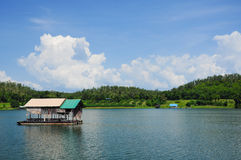 Houseboat, lake, moutain and sky in Thailand Royalty Free Stock Photography