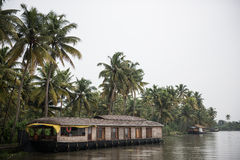Houseboat na brzeg jeziora Obraz Royalty Free