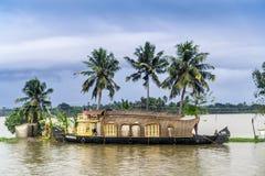 Houseboat na stojących wodach Kerala obrazy stock