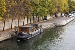 Houseboat på floden Seine Royaltyfri Foto