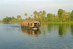 Houseboat rejs przy stojącymi wodami Zdjęcia Royalty Free