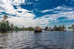 Houseboat w niebieskim niebie stojąca woda obraz royalty free