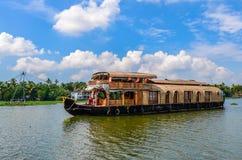 Houseboat w stojących wodach Kerala przeciw niebieskiemu niebu Fotografia Royalty Free