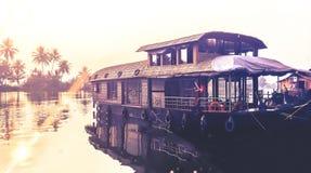 Houseboat w złotym ranku wschodzie słońca w Alapay Zdjęcia Royalty Free