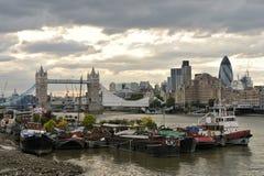 houseboats γεφυρών πύργος του Λο&n στοκ φωτογραφία