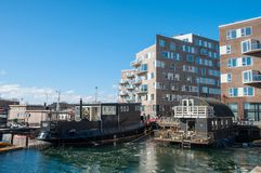Houseboats και σύγχρονα κτήρια στο λιμάνι της Κοπεγχάγης Στοκ Εικόνες