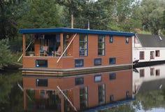 Houseboats i kanal Royaltyfri Bild
