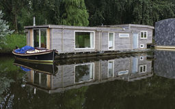 Houseboats i kanal Royaltyfria Bilder