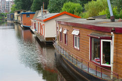Houseboats i kanal arkivbild