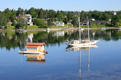 houseboatsegelbåt royaltyfri fotografi