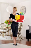 Housecleaning, κάδος εκμετάλλευσης γυναικών με το απορρυπαντικό Στοκ Φωτογραφίες