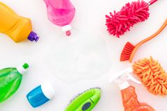 Housecleaning con los detergentes, el jabón, los limpiadores y el cepillo en botellas plásticas en la maqueta blanca de la opinió fotos de archivo