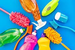 Housecleaning con los detergentes, el jabón, los limpiadores y el cepillo en botellas plásticas en maqueta azul de la opinión sup imágenes de archivo libres de regalías