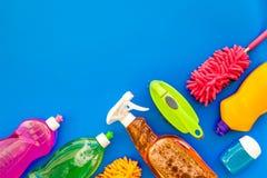Housecleaning con los detergentes, el jabón, los limpiadores y el cepillo en botellas plásticas en maqueta azul de la opinión sup imagen de archivo libre de regalías