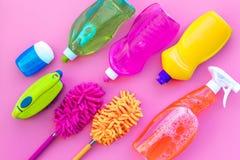 Housecleaning con los detergentes, el jabón, los limpiadores y el cepillo en botellas plásticas en maqueta de la opinión superior fotos de archivo libres de regalías