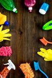 Housecleaning con los detergentes, el jabón, los limpiadores y el cepillo en botellas plásticas en maqueta de madera de la opinió fotos de archivo libres de regalías