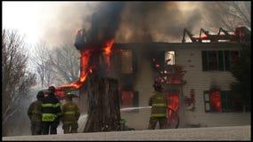 housefire en brandbestrijders 3 6 stock footage