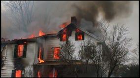 housefire en brandbestrijders 5 6 stock video