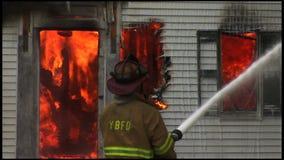 housefire en brandbestrijders 6 6 stock video