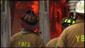 housefire en brandbestrijders 2 6 stock video