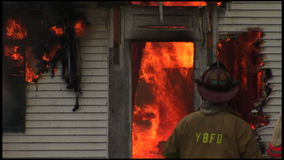 housefire en brandbestrijders 4 6 stock footage