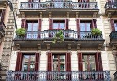 Housefront с окнами и балконом. Барселона. Стоковая Фотография
