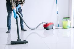 Housekeeping i sprzątania cleaning pojęcie, Szczęśliwy młody człowiek wewnątrz fotografia stock
