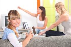 Housemates, die sich zusammen entspannen Lizenzfreies Stockbild