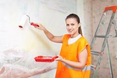 Housepainter绘与路辗的墙壁 免版税库存图片
