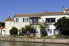 Houses on the canal in Aigues-Mortes Stock Photography