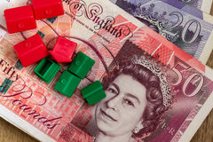 Houses modelo plástico e notas inglesas da libra Fotografia de Stock Royalty Free