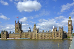 Houses of Parliament & Big Ben clock tower beside River Thames Stock Photo