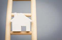 Houses On Rung di modello della scala di legno della proprietà Fotografia Stock