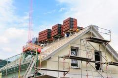 Housetop van de nieuwe bouw zal roofed zijn royalty-vrije stock fotografie
