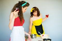 2 housewifes в кухне Стоковые Фотографии RF