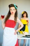 2 housewifes в кухне Стоковое фото RF