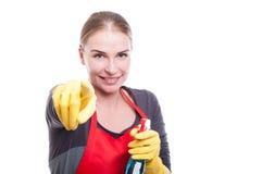 Houskeeper ψεκασμός και χαμόγελο εκμετάλλευσης καθαρίζοντας Στοκ φωτογραφία με δικαίωμα ελεύθερης χρήσης
