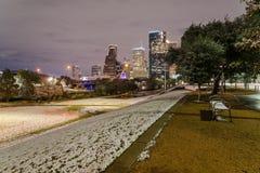 Houston del centro alla notte con le precipitazioni nevose ad Eleanor Park Immagine Stock