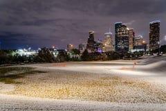 Houston del centro alla notte con le precipitazioni nevose ad Eleanor Park Fotografia Stock