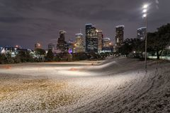 Houston do centro na noite com queda de neve em Eleanor Park Foto de Stock Royalty Free