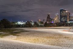 Houston do centro na noite com queda de neve em Eleanor Park Imagem de Stock Royalty Free