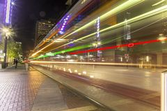 Houston do centro do tranvia da rua principal na noite foto de stock