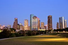 Houston Downtown Skyline Illuminated à l'heure bleue Images stock
