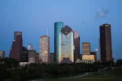 Houston Downtown Skyline Illuminated all'ora blu fotografia stock libera da diritti