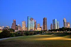 Houston Downtown Skyline Illuminated an der blauen Stunde lizenzfreies stockfoto