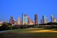 Houston Downtown Skyline Illuminated på den blåa timmen royaltyfri foto