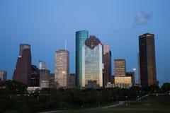 Houston Downtown Skyline Illuminated på den blåa timmen royaltyfri fotografi