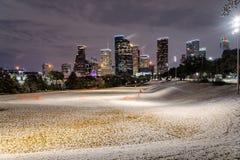 Houston du centre la nuit avec des chutes de neige chez Eleanor Park Image stock