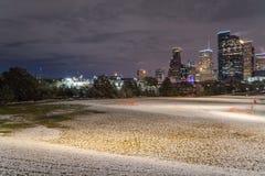 Houston du centre la nuit avec des chutes de neige chez Eleanor Park Image libre de droits